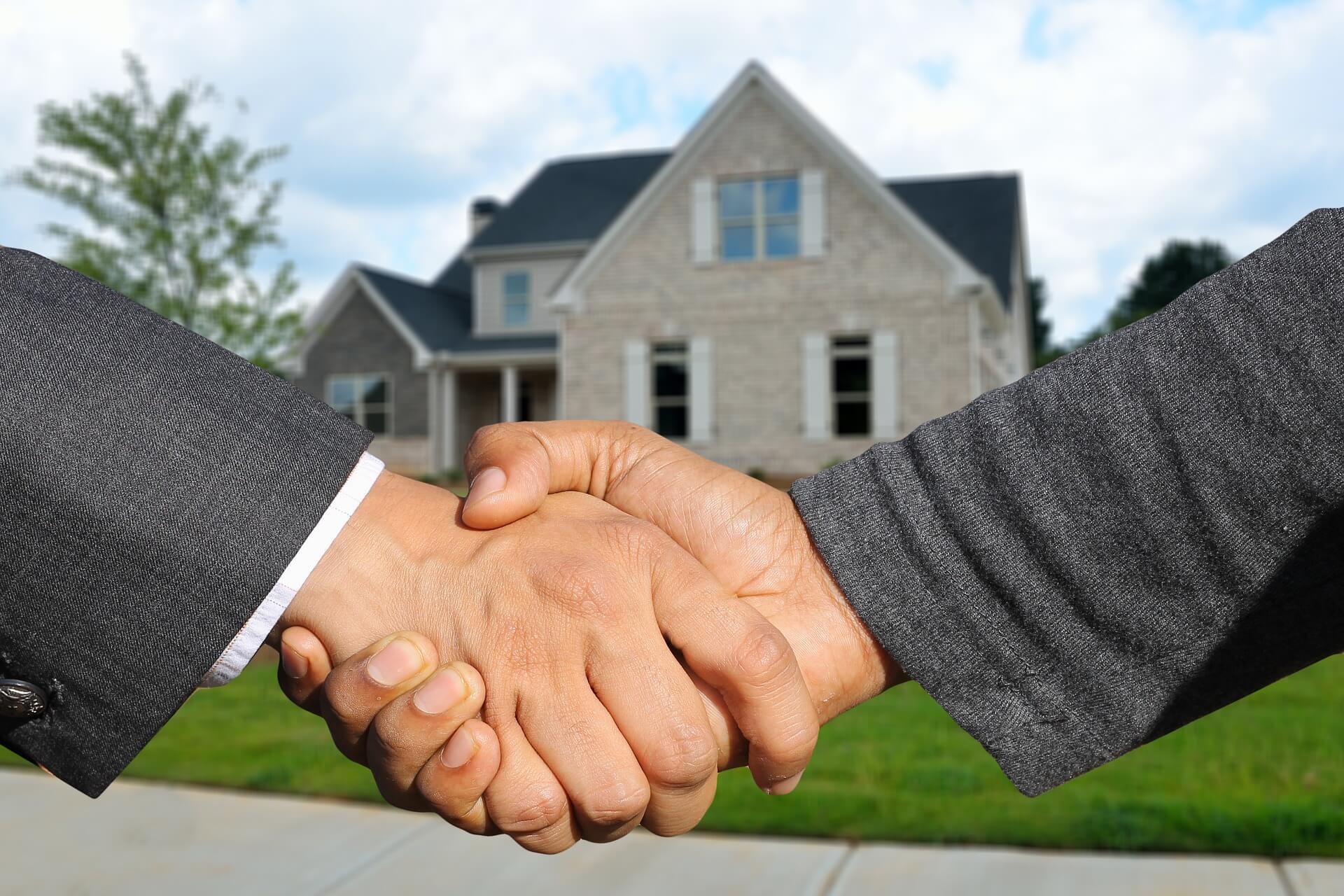 Een makelaar helpt je bij het verkopen en kopen van je huis